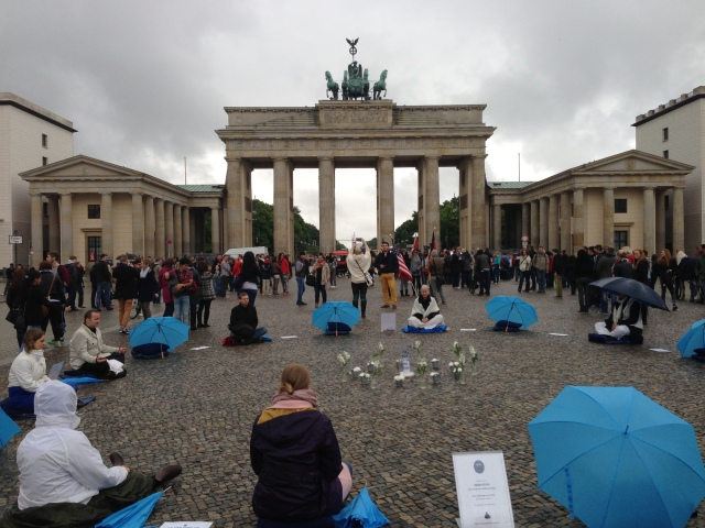 A meditation circle in front of the Brandenburg Gate