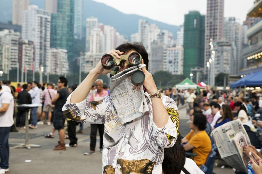 xmartin-parr_happy-valley-race-courses-hk-e1487236888431-jpg-pagespeed-ic-gccayhwov1